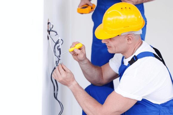 Eletricista dando manutenção na instalação elétrica