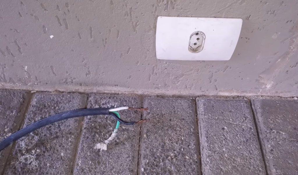 Risco de choque eletrico ao manusear cabos energizados desencapados