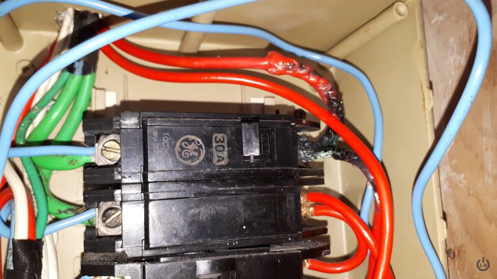 Pontes mal feitas em disjuntor - pode causar acidentes eletricos