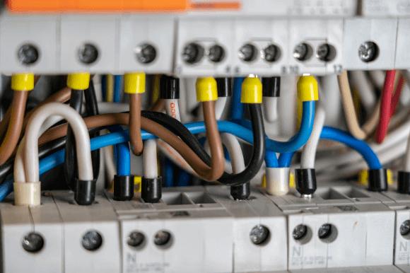 Pontes em disjuntores com eletricidade