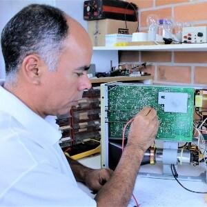 Tecnico em eletronica reparando uma placa de circuito de forma atenciosa