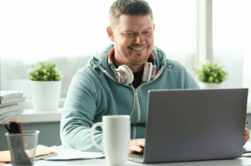 Eletricista aprendendo de forma online comandos eletricos
