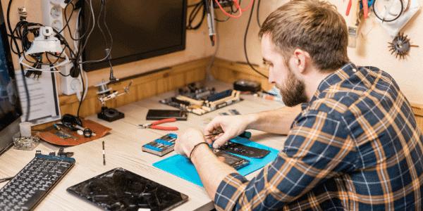 Técnico em eletrônica consertando equipamentos elétricos
