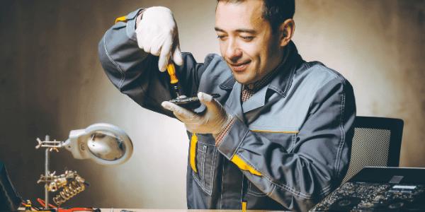 Técnico em eletrônica na manutenção de equipamentos