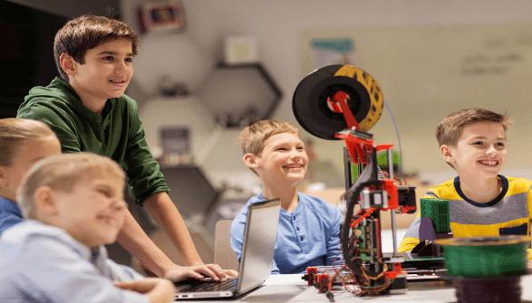 Criancas se divertindo em aula de robotica