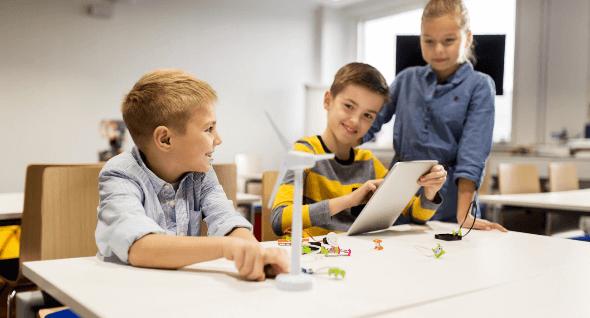 Criancas trabalhando em conjunto em projeto de robo
