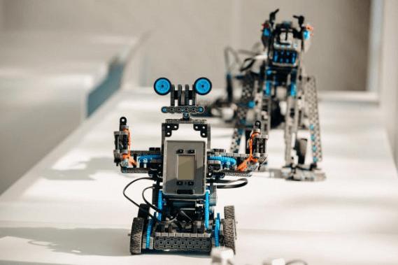 Pequenos robos criados para ensino de robotica