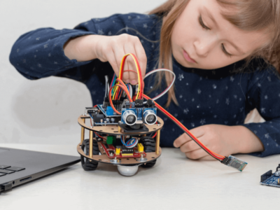 Projeto de um robo que uma crianca esta montando em robotica educacinal