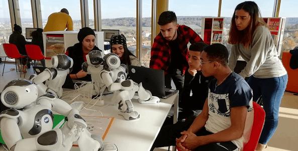 Robos humanoides em cima de mesa