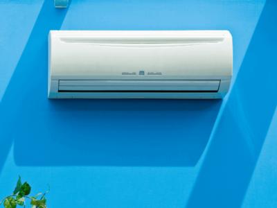 Ar condicionado instalado em uma parede de fundo azul