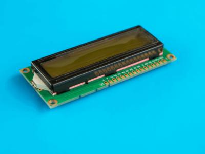 Display LCD sobre mesa azul
