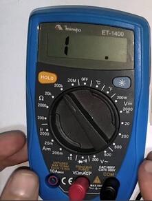 Ilustração de um multímetro apontando que o capacitor está em bom estado