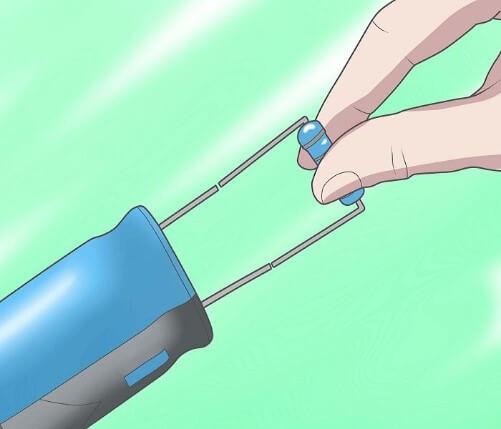 Ilustração de descarga de capacitor sendo feita através da ligação direta com um resistor