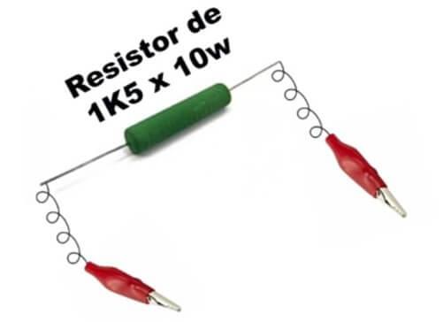 Resistor com jacarés nas extremidades mostrando que está pronto para descarregar o capacitor