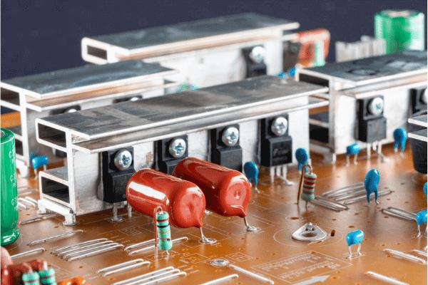 Circuito elétrico com capacitor, resistor, diodo e muitos mosfets em uma placa de metal dissipadora de energia