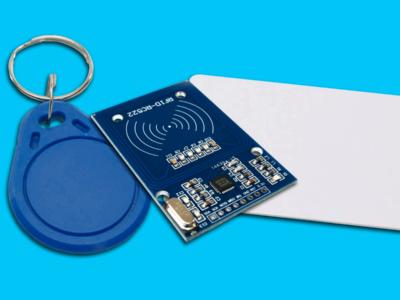 Módulo RFID Arduino, bottom e cartão em um fundo azul