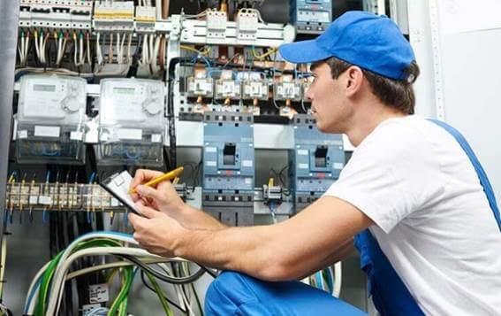 Instalador elétrico fazendo revisão nas instalações e verificando se o aterramento elétrico está de acordo com o projeto elétrico