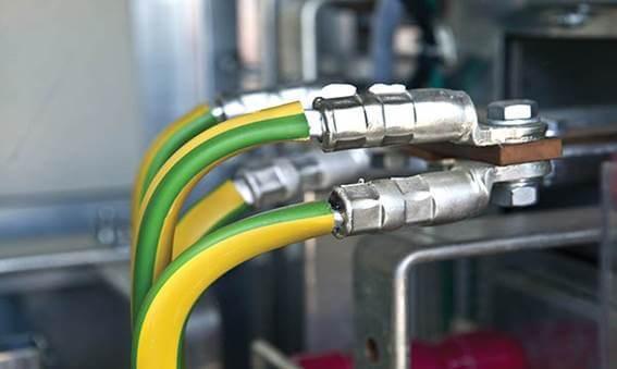 Aterramento feito com cabos de energia amarelos e verdes