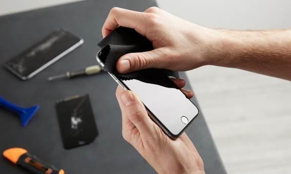 Telefone com sua tela finalmente consertada sendo segurado por uma pessoa
