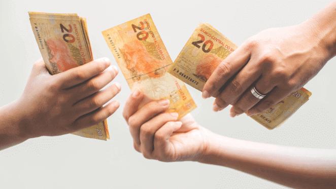 Notas de 20 reais simbolizando quanto custa a instalação de um ar condicionado