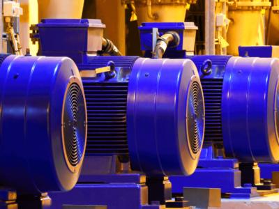 Motores de cor azul em uma fábrica vistos de trás